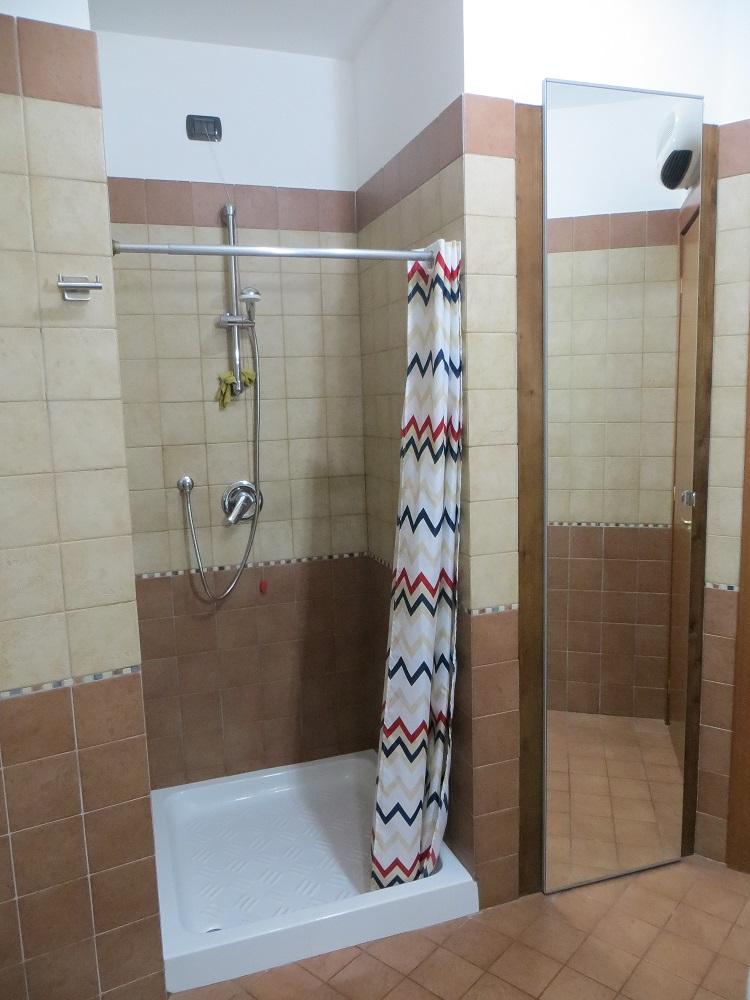 Famoso doccia in muratura ed armadio in muratura con specchio e punto  SU12